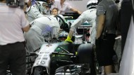 Das Ende: Nico Rosberg wird beim Rennen in Singapur in der vergangenen Woche in die Garage geschoben.