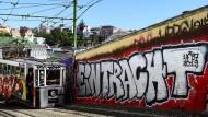 Wie lange geht es weiter aufwärts? Eintracht Frankfurt wirbt in eigener Sache – auch mit diesem Graffito von Fans in Lissabon.