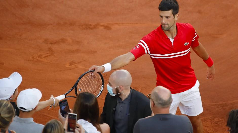Schöne Geste: Djokovic schenkt einem jungen Fan seinen Schläger