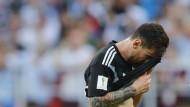 Trägt eine schwere Last: Lionel Messi nach seinem verschossenen Elfmeter
