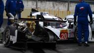 Ein Bild der Zerstörung: Webbers Porsche nach dem Zusammenstoß mit einem Ferrari.