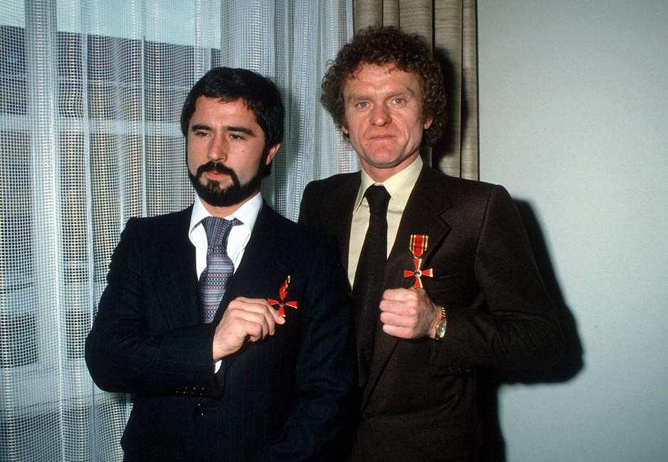 Einsteigermodell: die Fußballer Gerd Müller (links) und Sepp Maier mit dem Verdienstkreuz am Bande