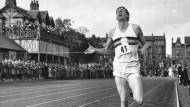 Nach 3:59,4 Minuten am Ziel: Roger Bannister