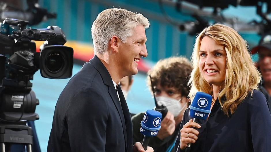 Interviewer im Wembley-Stadion: Jessy Wellmer (rechts) und Bastian Schweinsteiger
