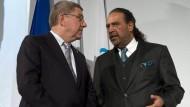 Zwei Größen der Sportpolitik unter sich: Scheich Ahmad Al Fahad Al Sabah (rechts) neben IOC-Präsident Thomas Bach.