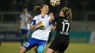 Weiter nach vorn: Der FFC Frankfurt und Bianca Schmidt gewinnen gegen Esse und Margarita Gidion (r.)