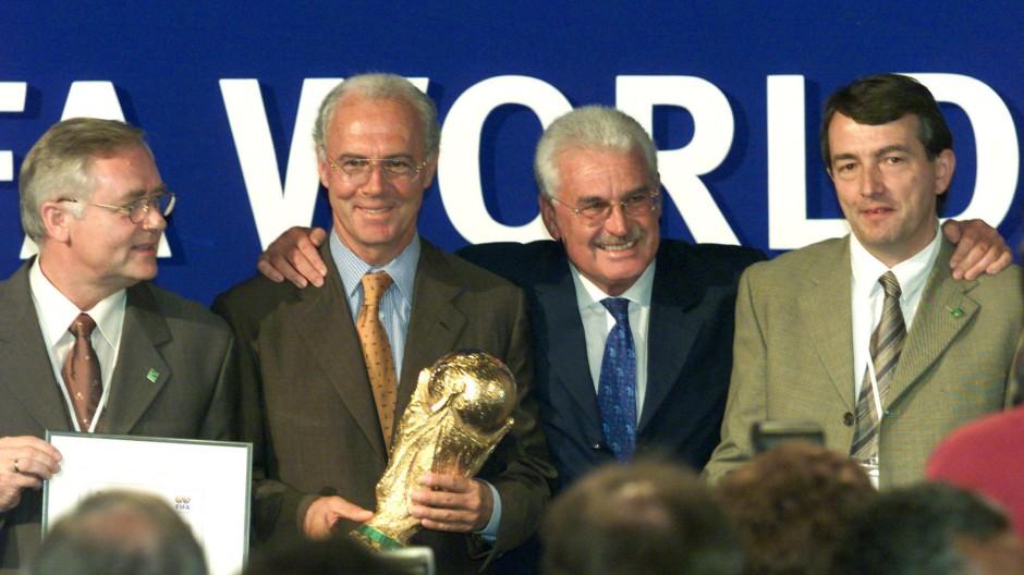 Wer wusste wann was? Franz Beckenbauer und Fedor Radmann (2.v.r.) haben Jack Warner das Angebot unterbreitet, Hort R. Schmidt (l.) erfuhr kurz danach davon. Und Wolfgang Niersbach (r.) zumindest früher als bekannt.