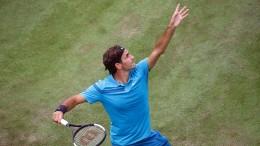 Federer gewinnt zum Rasenauftakt