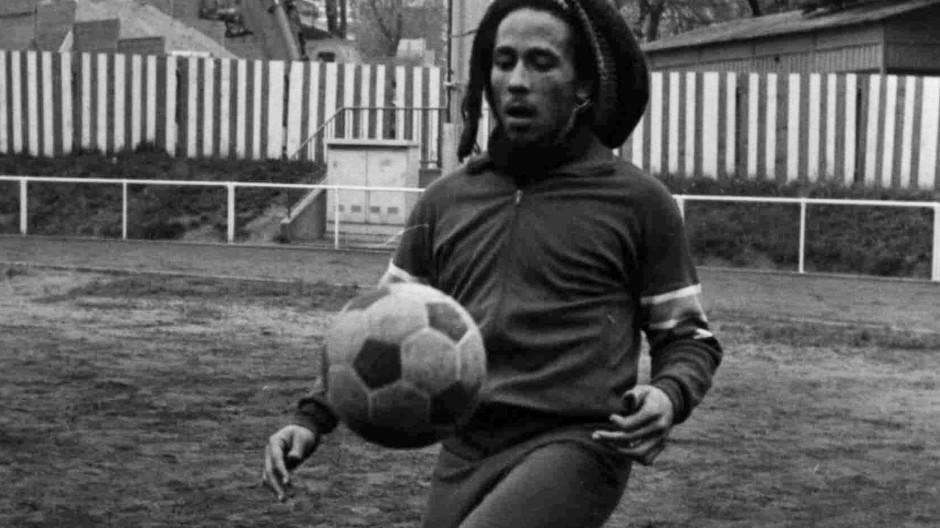 Nicht nur als Musiker begabt: Raggae-Legende Bob Marley beim Fußball-Training