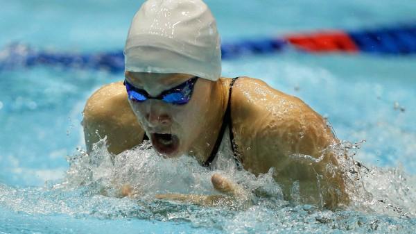 schwimmerinnen mit badekappen