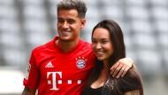 Herzlich Willkommen in München: Philippe Coutinho mit seiner Frau Aine bei der Vorstellung im Stadion.