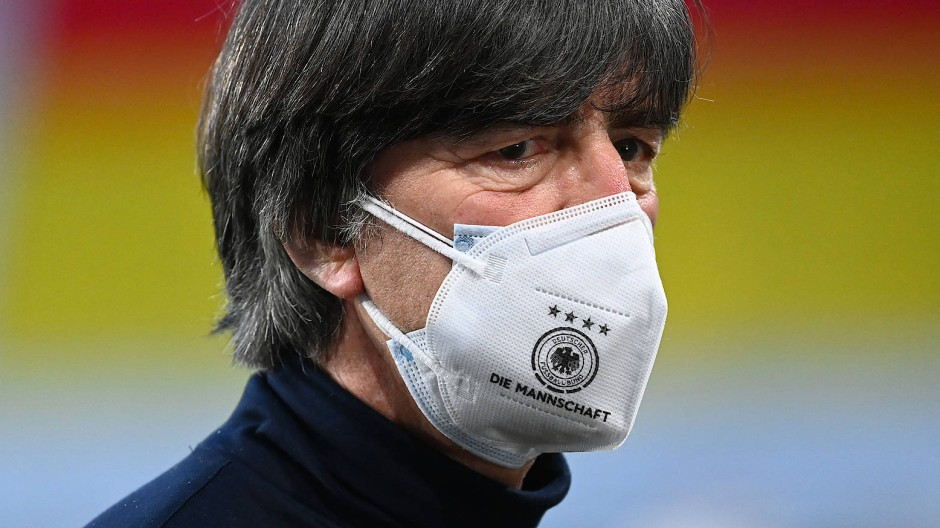 Ob die doppelte Maske Joachim Löw eine erfolgreiche EM beschert?