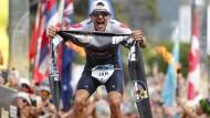 Der Schrei des Siegers: Jan Frodeno gewinnt den Ironman Hawaii 2019 in Rekordzeit.