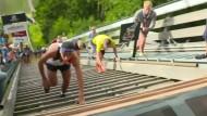 Kurioses Rennen: Sturm auf die Skisprungschanze