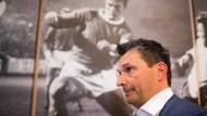Starker Mann: An Christian Heidel (vorne) soll künftig bei Schalke keiner mehr vorbeikommen - außer natürlich Stan Libuda (auf dem Foto im Hintergrund)