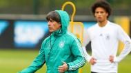 Werden in der EM-Qualifikation voll gefordert sein: Bundestrainer Joachim Löw (links) und Nationalspieler Leroy Sané.