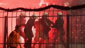 Polizei stellt Pyrotechnik und Waffen sicher