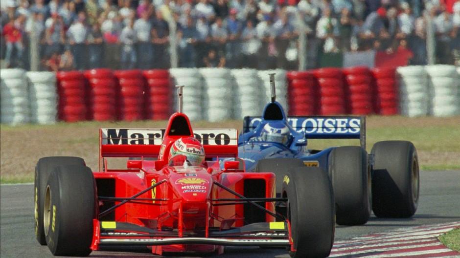 2019 könnten die Boliden wieder in Argentinien auf der Strecke sein wie 1997 der Ferrari von Eddie Irvine (vorne).