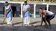 Bei der Trainingsarbeit: Andrea Thumshirn bei ihrem Hockey-Projekt in Indien