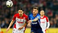 Gleichauf: Köln und Schalke /im Bild kämpfen Subotic,l., und Burgstaller um den Ball) trennen sich unentschieden