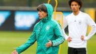 Alle Hände voll zu tun: Bundestrainer Joachim Löw bei einer Trainingseinheit vor dem Spiel gegen Russland.