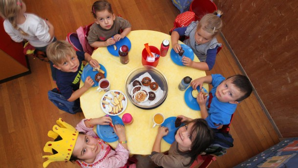 Kein Platz mehr am Tisch: Es fehlen Betreuungsmöglichkeiten für Kleinkinder