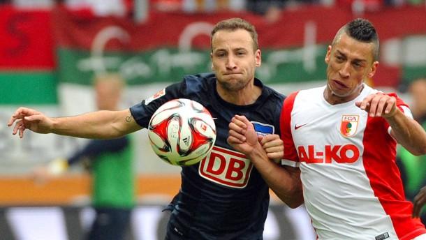 Augsburg siegt durch umstrittenen Elfmeter