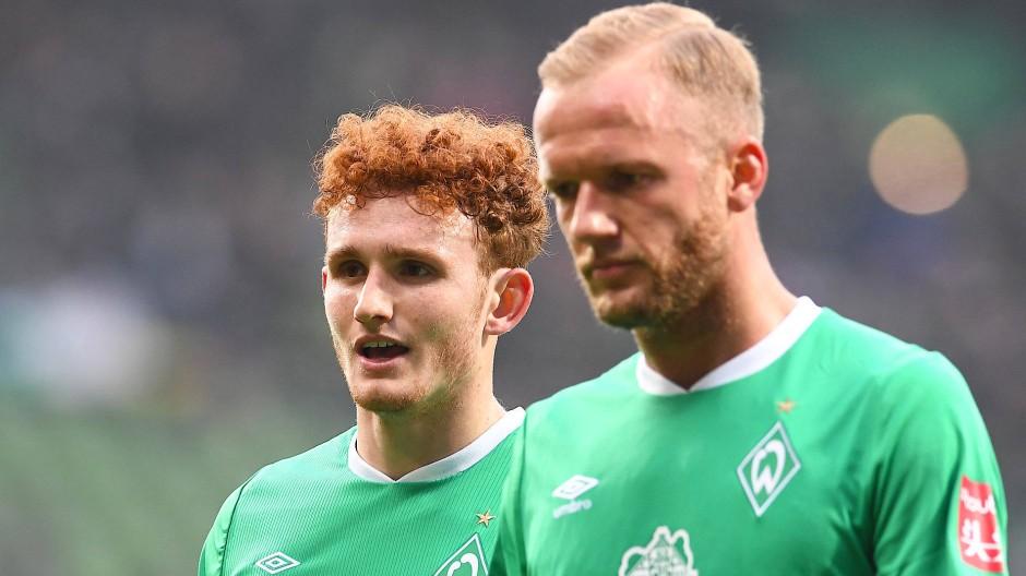 Werder Bremen ist in Not: Ratlosigkeit in den Gesichtern von Kevin Vogt (rechts) und  Josh Sargent