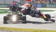 Lewis Hamilton (links) und Max Verstappen kommen sich zu nahe in Monza.