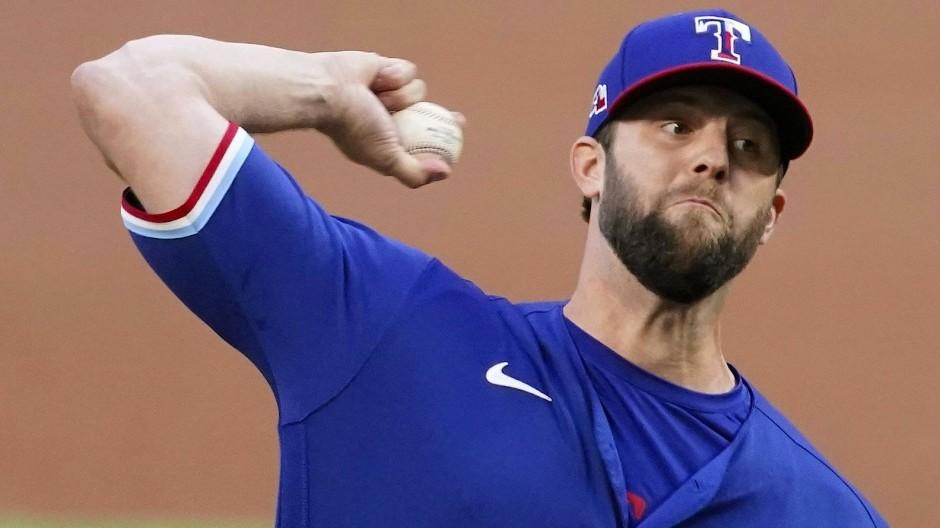Vor dem Wurf ist mitten im Spiel, das ewig dauert: Jordan Lyles von den Texas Rangers.
