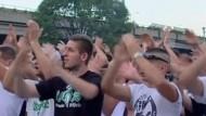 Ungarn demonstrieren gegen gläsernen Fußballfan