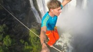 Deutscher überquert Wasserfall auf Slackline