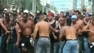 Fußballfans gehen auf Polizisten los