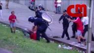 Polizei verprügelt Fußballfan vor dessen Kindern