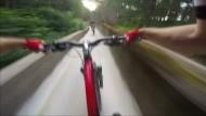 Mountainbiker rasen Bobbahn herunter
