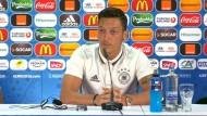 Joachim Löw warnt, Mesut Özil zuversichtlich