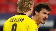 Dortmunder Debatte: Mats Hummels (rechts) hadert, Erling Haaland hört zu.