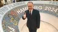 Daumen hoch für Hamburg: Innensenator Michael Neumann (SPD) dürfte sich heute genauso freuen wie auf dem Bild aus dem Dezember
