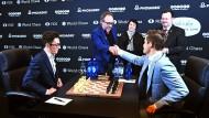 Fabiano Caruana (links) und Magnus Carlsen vor der Partie mit Jim Wales, Gründer von Wikipedia.