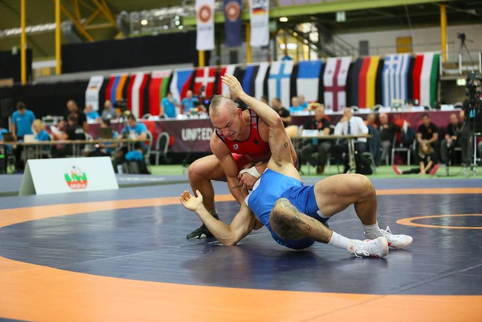 Auf dem Weg zur WM-Form: Frank Staebler (rotes Trikot) im Kampf gegen gegen den Slowaken Dennis Horvarth