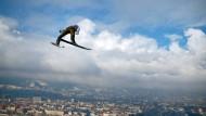 Nicht ganz über den Wolken, aber weit hinaus fliegt Severin Freund in Innsbruck.