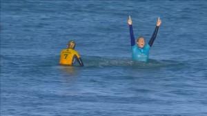 Delfine leisten Surfern Gesellschaft