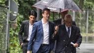 Im Regen stehen andere: Der neue Eintracht-Vorstandschef Fredi Bobic genießt einstweilen den Schutz von Aufsichtsratschef und Schirmherr Wolfgang Steubing
