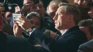 Volksnah: Daniel Craig nimmt ein Bad in der Menge