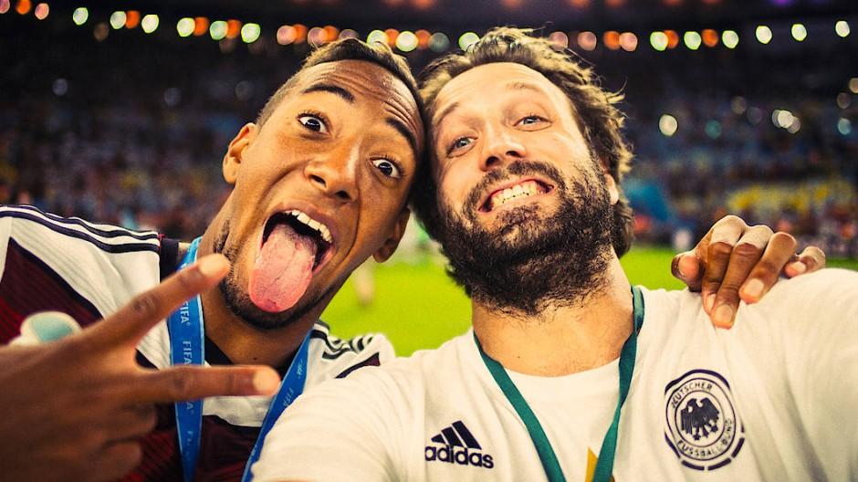 Der WM-Triumph von Brasilien im Sommer 2014: Paul Ripke beim Selfie mit Jerome Boateng (links)