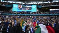 Dicht an dicht gedrängt sind die italienischen Fans im Wembley-Stadion.