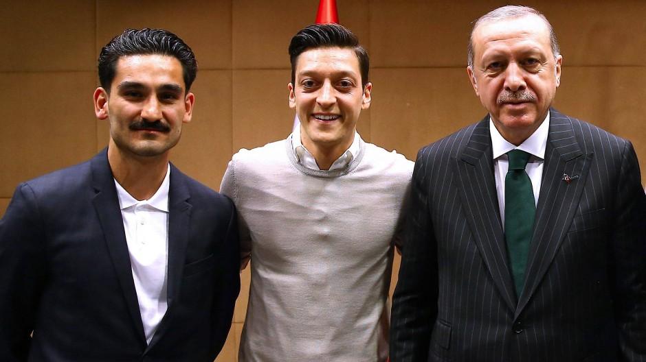Ilkay Gündogan (links) und Mesut Özil (Mitte) mit dem türkischen Staatspräsidenten Recep Tayyip Erdogan, aufgenommen am 13. Mai 2018, veröffentlicht einen Tag später.