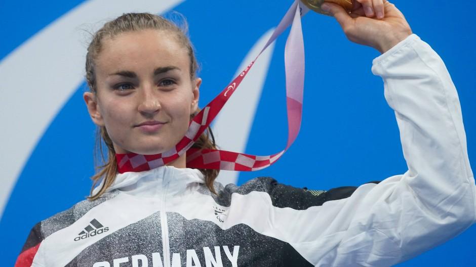 Der große Triumph in Tokio: Elena Krawzow gewinnt über 100 Meter Brust bei den Paralympics.