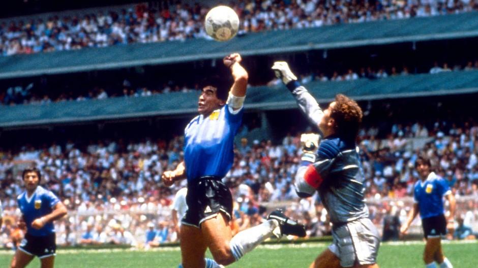 """Die """"Hand Gottes""""? Maradona trifft bei der WM 1986, Englands Torwart Shilton kommt zu spät."""