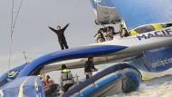 Ankunft in Brest:  Der französische Segler Francois Gabart winkt von seinem Trimaran aus